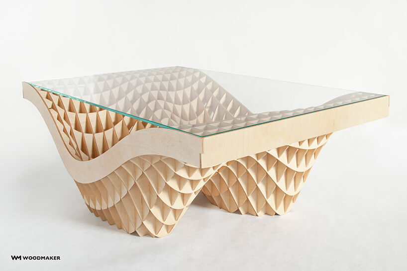 stół zpodstawą zpołączonych cienkich deseczek zszybą