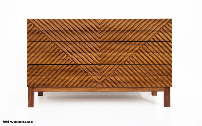 brązowa drewniana komoda ze zdobionym frontem