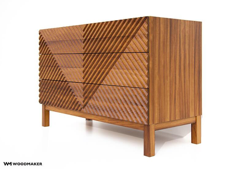 brązowa drewniana komoda ze zdobionym frontem zboku