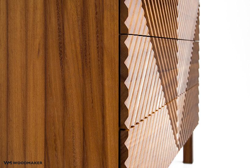 brązowa drewniana komoda ze zdobionym frontem wzbliżeniu