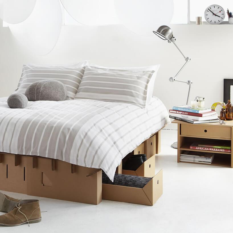 kartonowe łóżko wbiałej sypialni