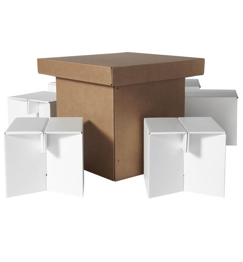 tekturowy brązowy stolik zjasnymi siedzeniami