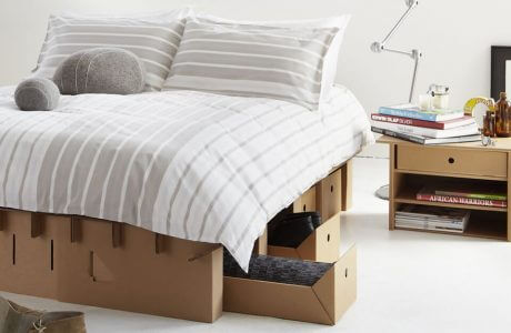 kartonowe łóżko i szafka
