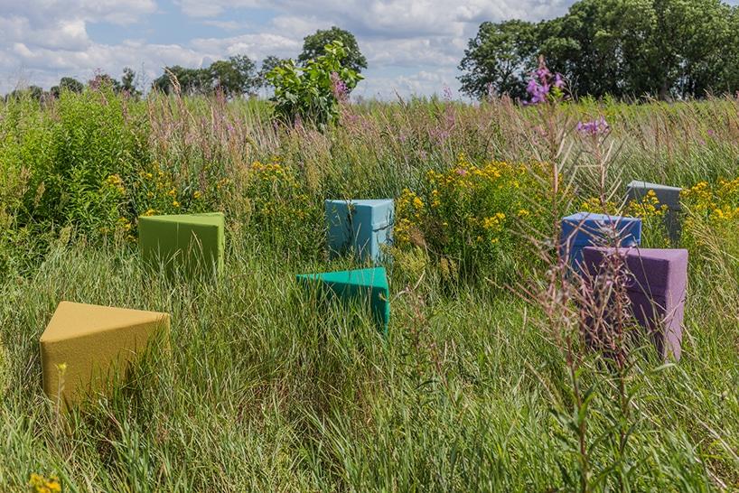 kilka kolorowych puff VANK na łące zwysoką trawą