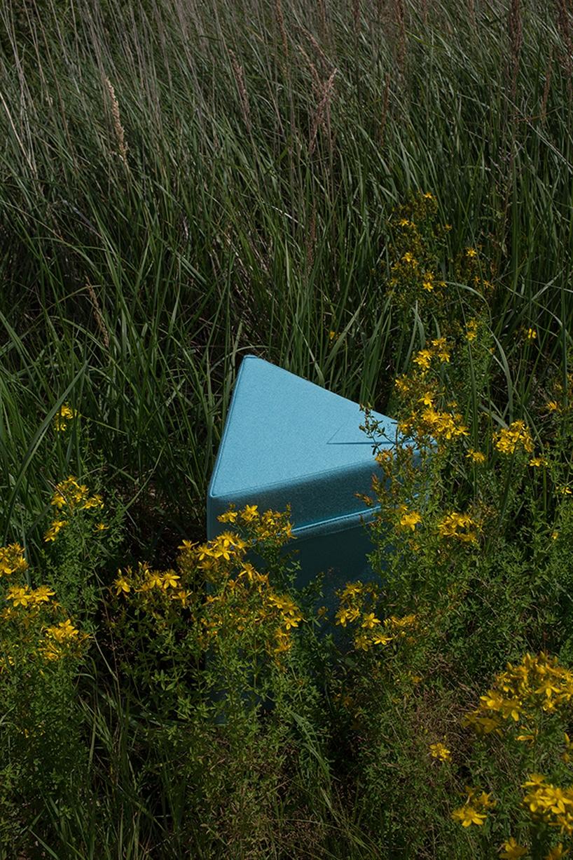 jasna niebieska puffa VANK na łące zwysoką trawą iżółtymi kwiatami