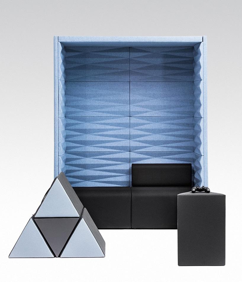 szare trójkątne pufy od VANK na tle niebieskiego boksu akustycznego