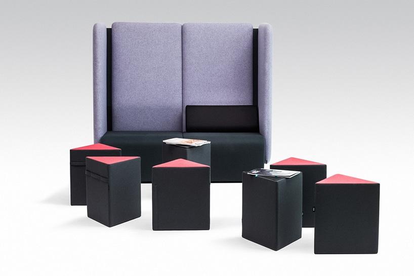 czarno czerwone trójkątne pufy od VANK na tle fioletowego siedziska zbardzo wysokim oparciem