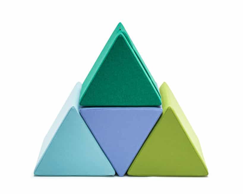 cztery kolorowe pastelowe trójkątne pufy od VANK ułożone wtrójkąt