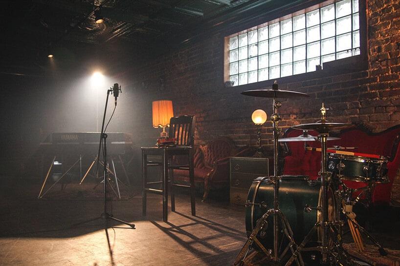 klub muzyczny zperkusją oraz mikrofonem wciemnym pomieszczeniu zcegły