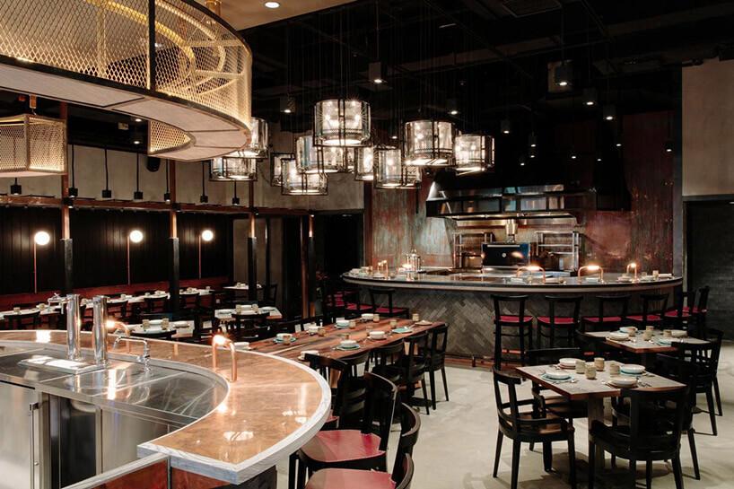 wnętrze restauracji zwieloma metalowymi elementami