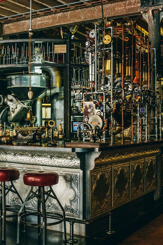 kawiarnia wmetalowymi elementami wstylu steampunk