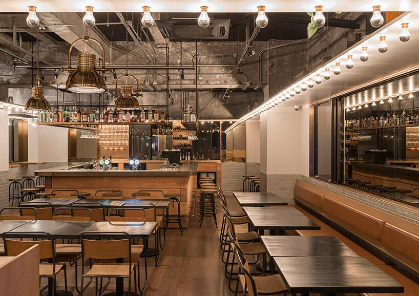 restauracja wprostym stylu zelementami drewnianymi imetalowymi
