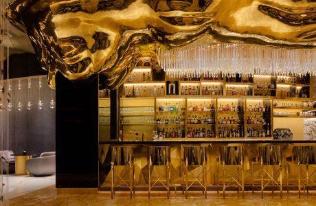 metalowe złote wykończenia wnętrza baru