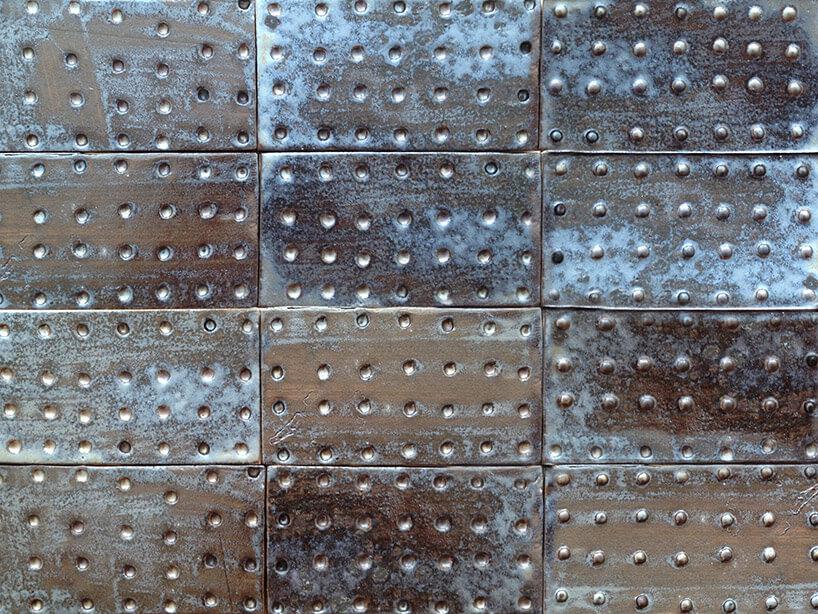 prostokątne metalowe płytki zzagłębieniami