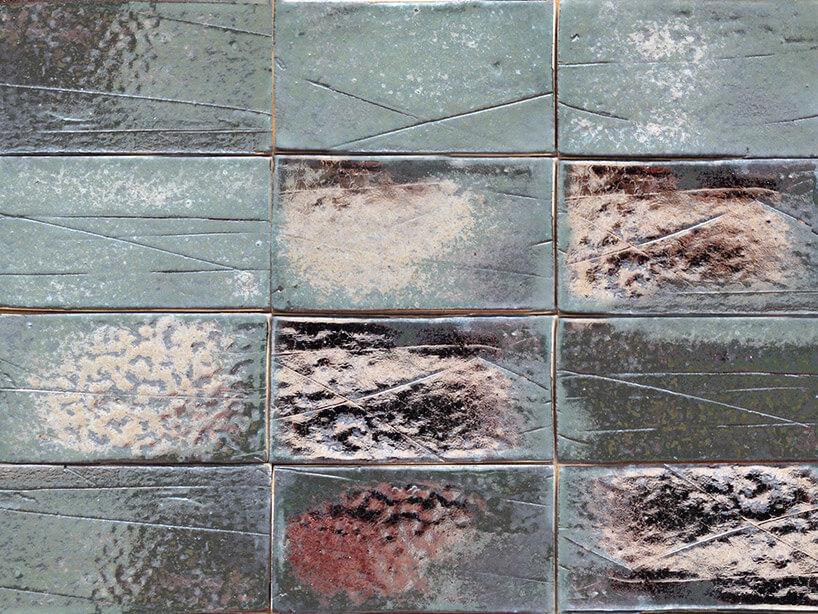 prostokątne metalowe płytki na ścianie