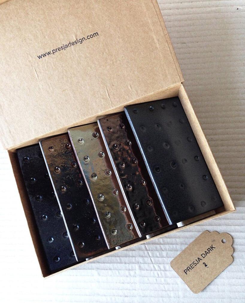 metalowe płytki wkartonowym pudełku