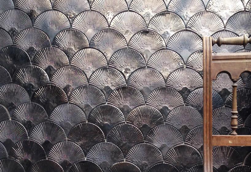 metalowe płytki wkształcie łusek na ścianie