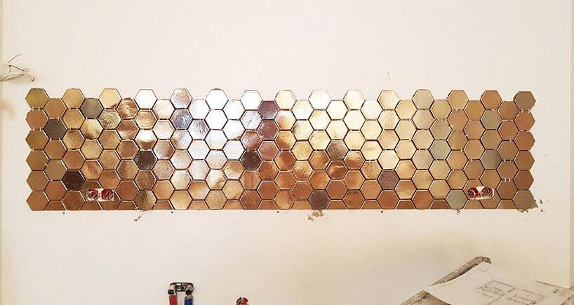 sześciokątne metalowe płytki wwypolerowanej wersji