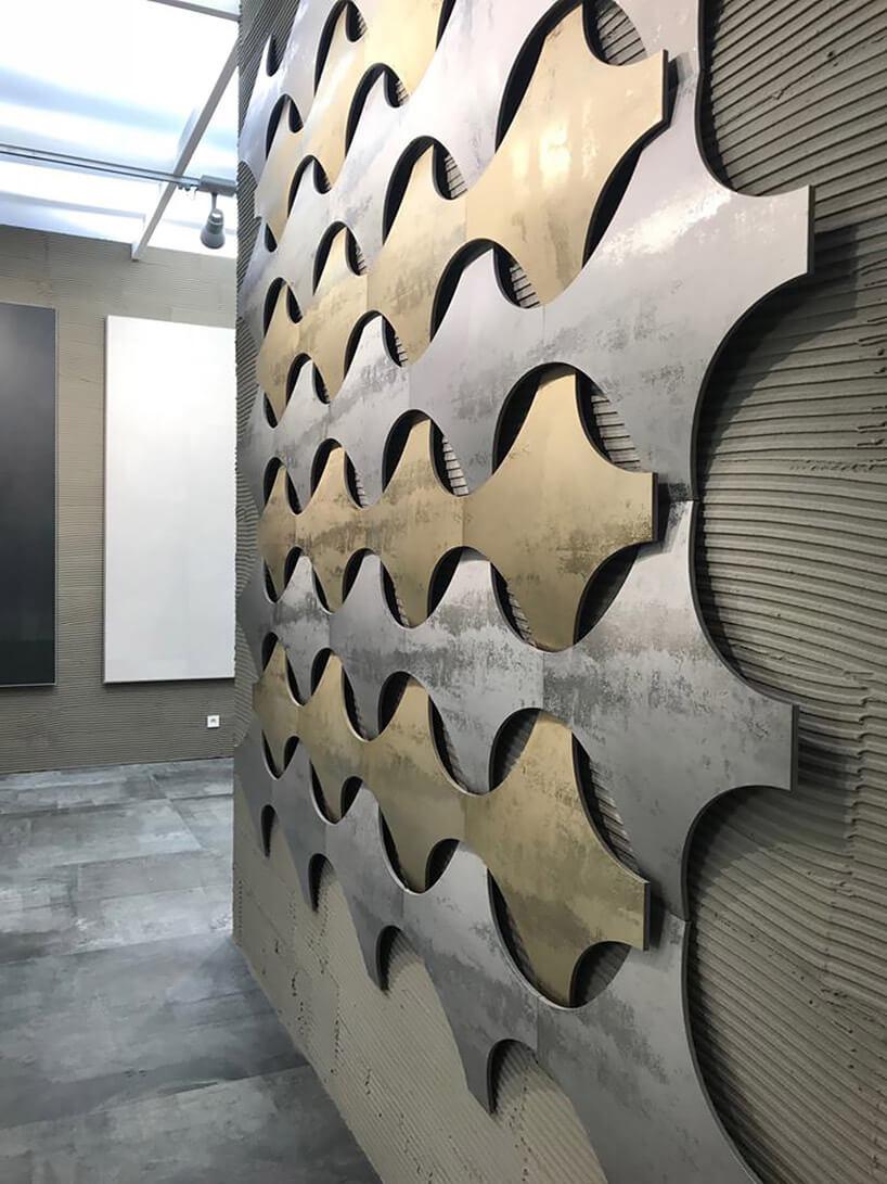 metaliczne nietypowe płytki na betonowej ścinie