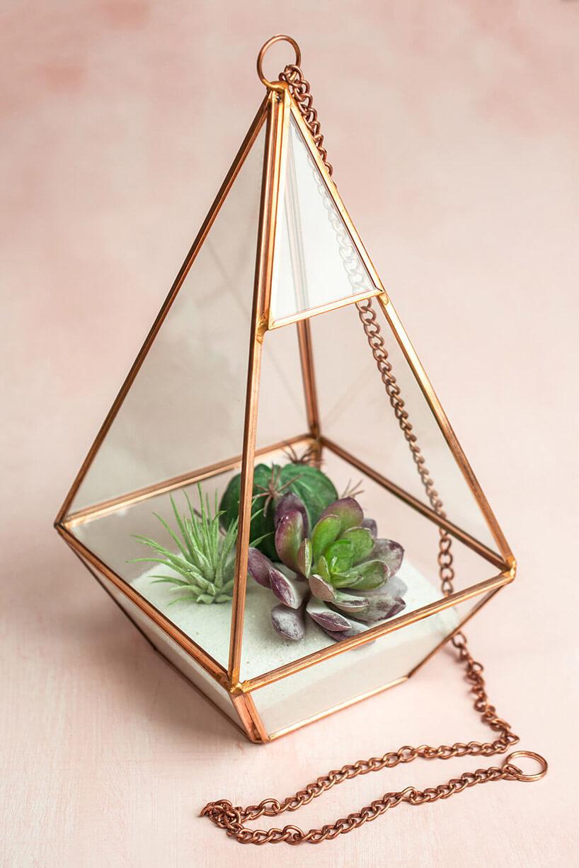 podwieszana metalowa doniczka wformie piramidy