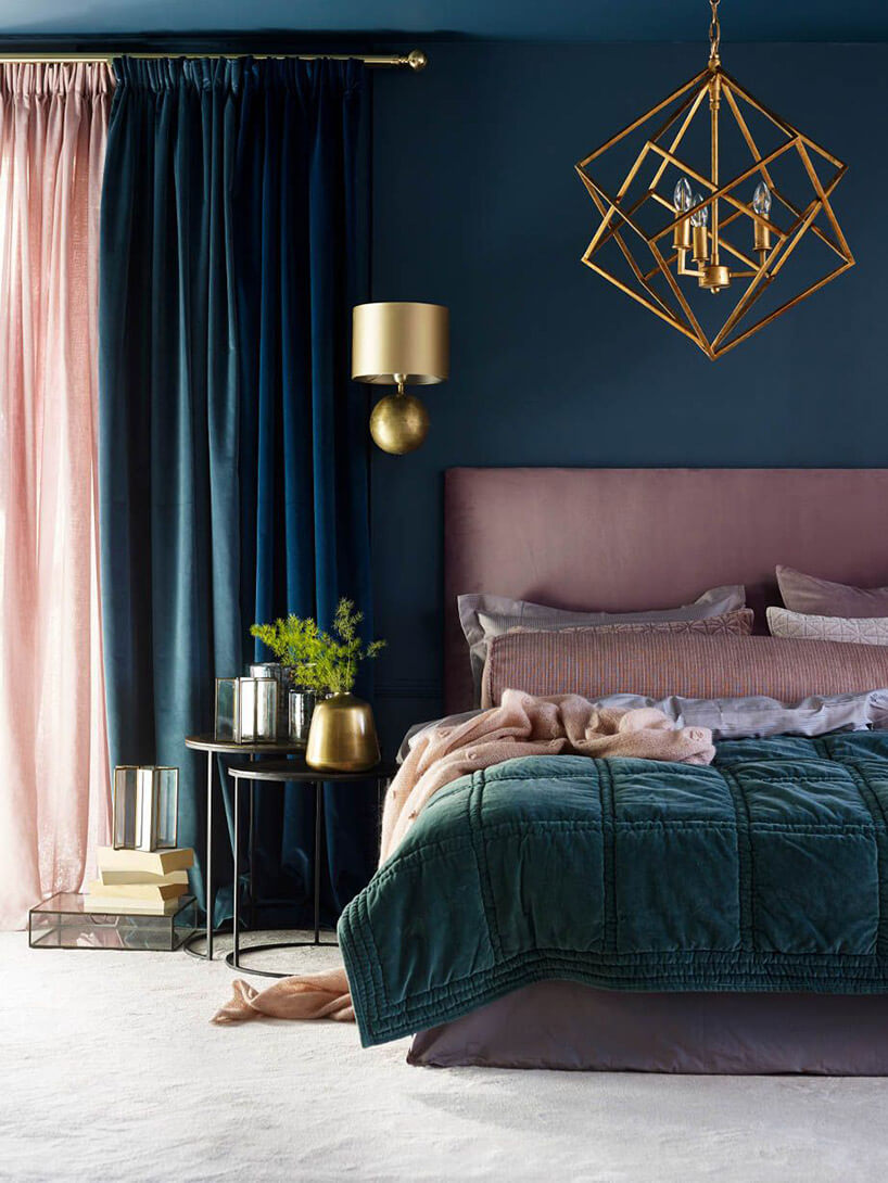 błyszczące metalowe dodatki wciemnej aranżacji sypialni