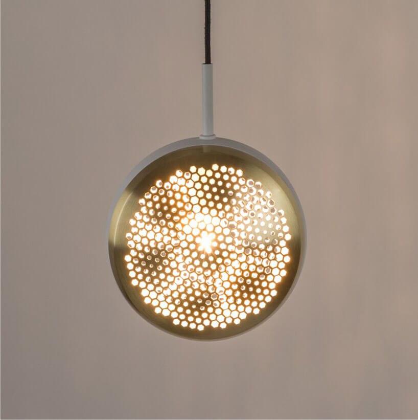 lampa wisząca zamknięta wmetalowym dziurkowanym kloszu