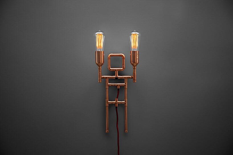 metalowa lampa przypominająca człowieka