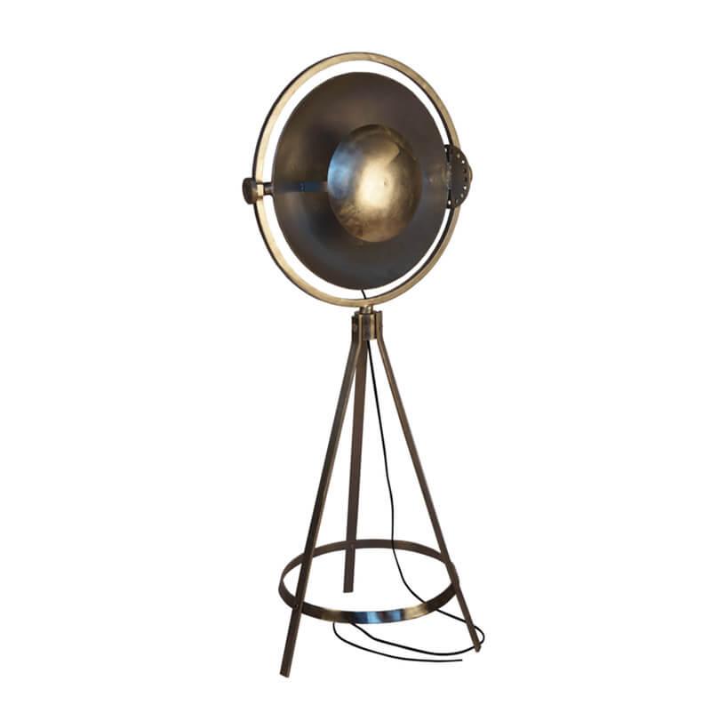 nietypowa metalowa stojąca lampa