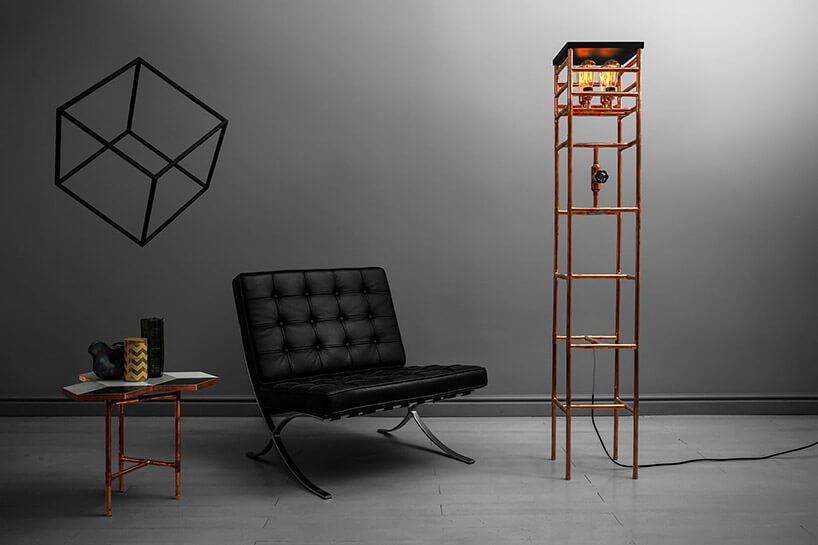 nietypowa lampa wysoka stojąca lampa obok fotela