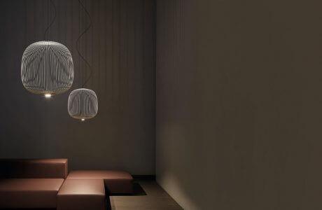 ciemna wnętrze z dwiema wiszącymi lampami