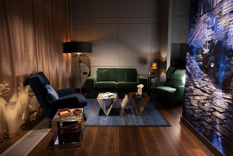 ciemna aranżacja salonu ze stylowymi lampami