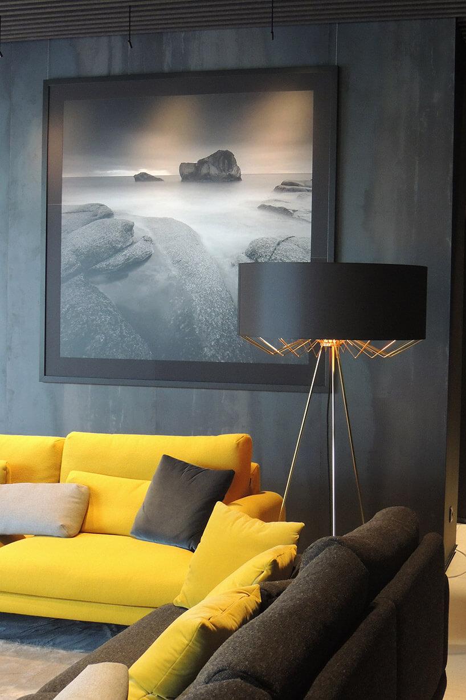 stylowa lampa stojąca zmetalowymi elementami