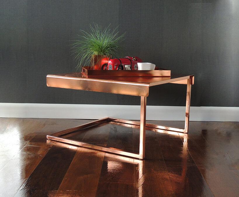 miedziany stolik kawowy ztacą