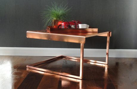 miedziany stolik kawowy z tacą