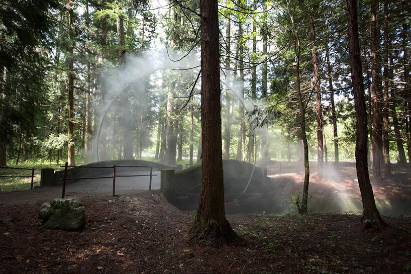 sztuczna mgła nad leśnym mostem