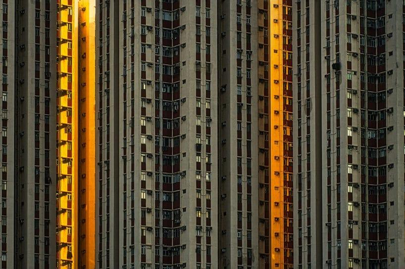 zdjęcie wieżowca mieszkalnego wciemnym szarym kolorze zpomarańczowymi pomarańczowymi akcentami