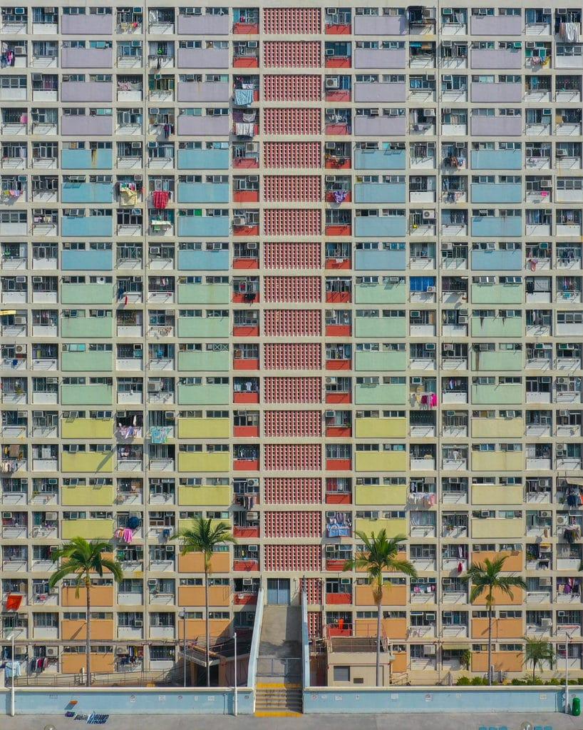 prosty wielokolorowy front wieżowca mieszkalnego