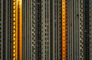 zdjęcie wieżowca mieszkalnego w ciemnym szarym kolorze z pomarańczowymi pomarańczowymi akcentami