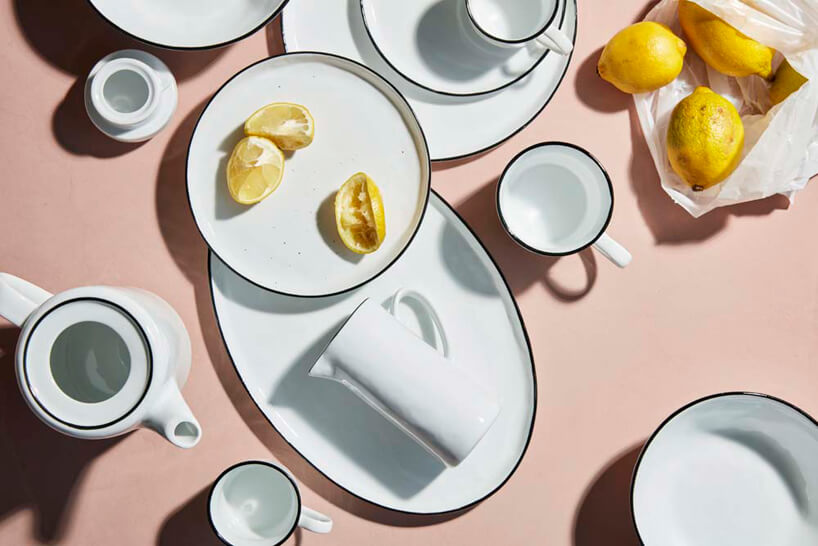 biała zastawa śniadaniowa zczarną krawędzią