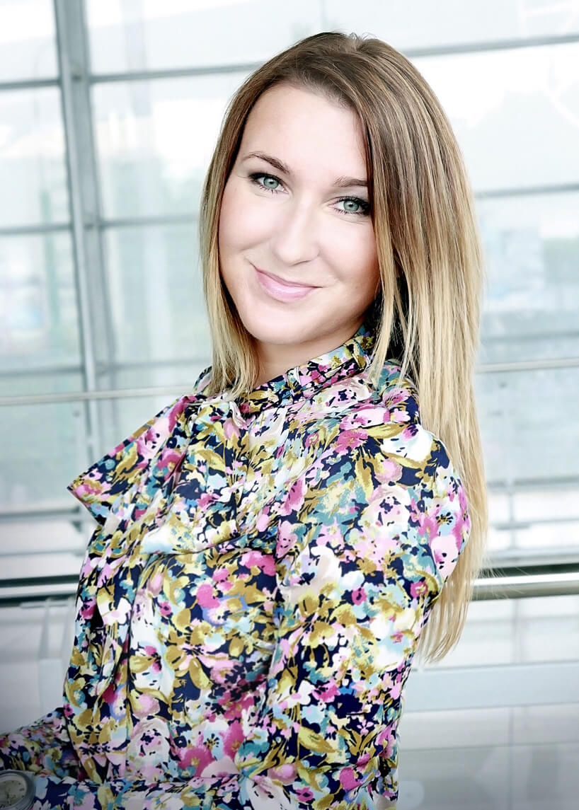 zdjęcie kobiety wkwiatowej sukience Natalii Tarachowicz