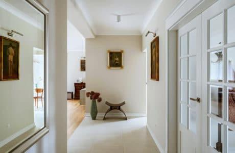 Mieszkać ze sztuką. Stare obrazy, meble z duszą i współczesny design, czyli dom w stylu modern classic.