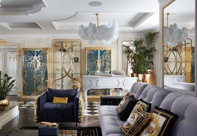 ekskluzywne wnętrze salonu zdużą białą sofą