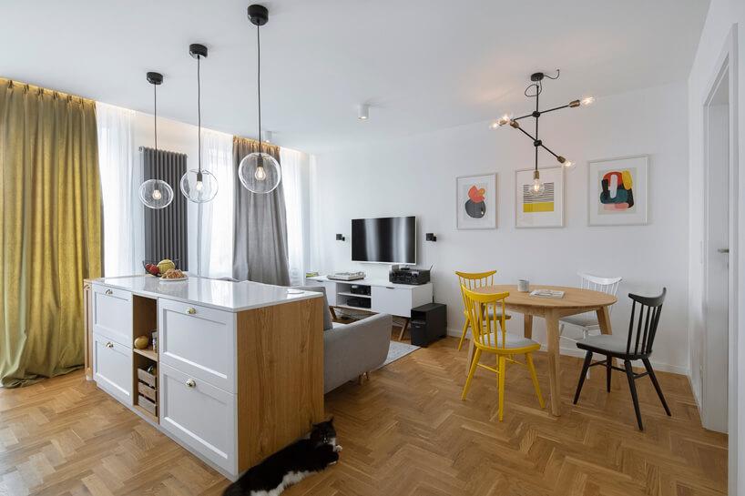 białe wnętrze mieszkania zdrewnianą podłogą