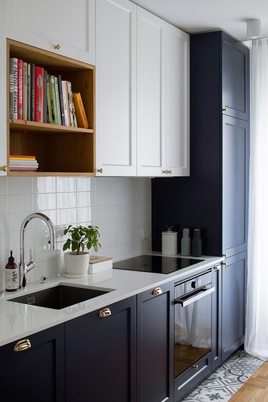 kuchnia zszafkami ciemno niebieskimi ibiałymi zczarnym zlewem