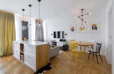 białe wnętrze mieszkania z drewnianą podłogą