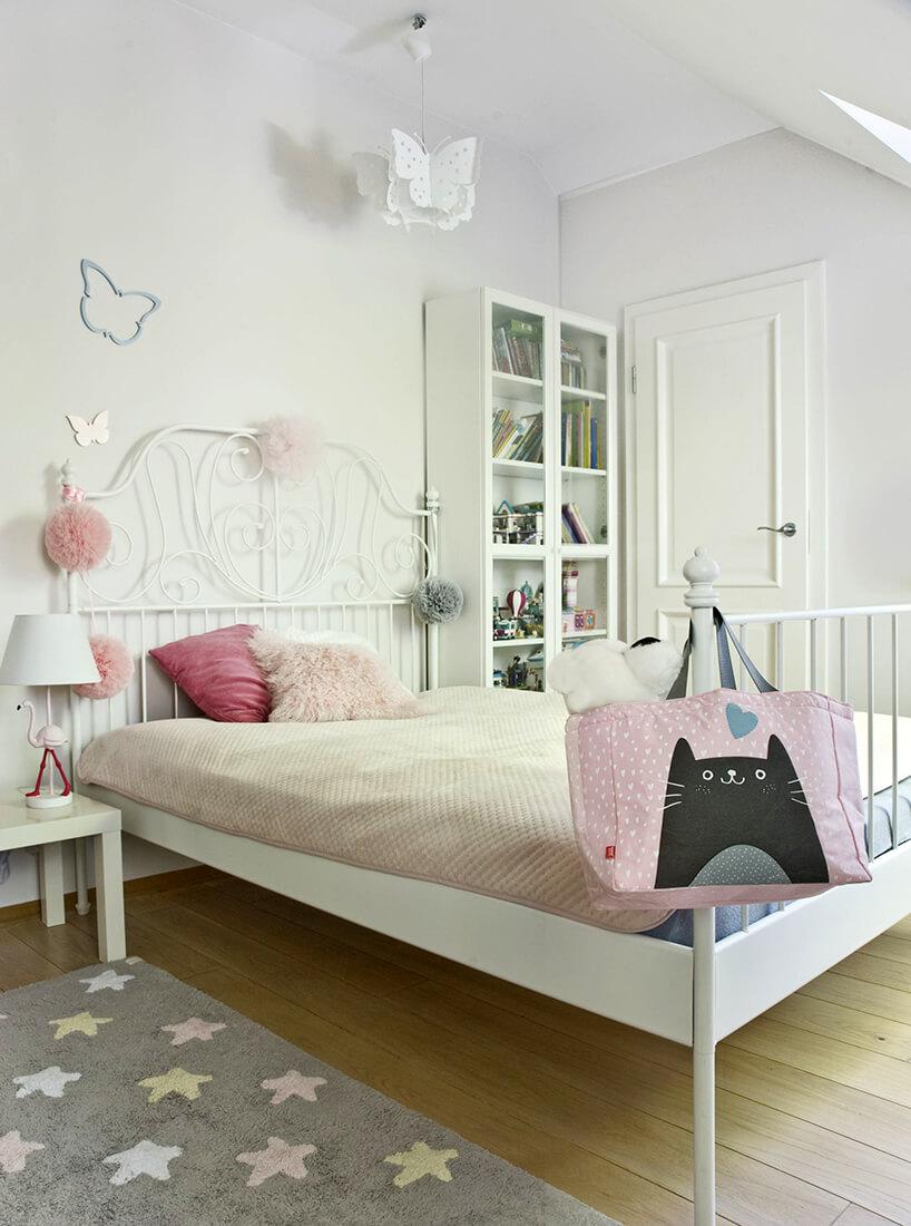 eleganckie wnętrze projektu Miśkiewicz Design sypialnia zdużym łóżkiem na drewnianej podłodze