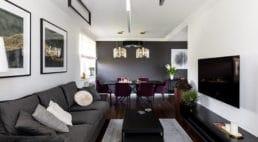 Mieszkanie wKrakowie wkolorystece szaro białej zdodatkami fioletowymi oraz złota