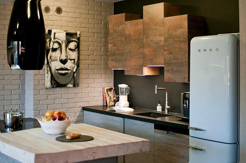 Kuchnia styl loftowy, grafika na ścianie