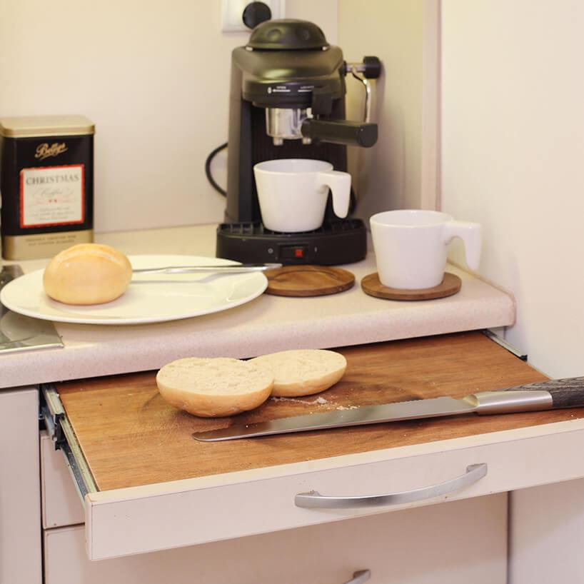 mikromieszkanie 13 mkw projektu Szymona Hanczara chowana deska do krojenia wformie szuflady wnaeksie kuchennym