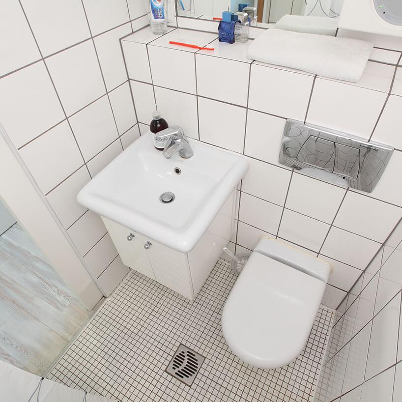 mikromieszkanie 13 mkw projektu Szymona Hanczara biała łazienka